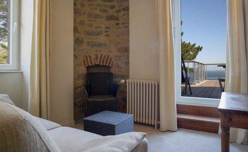 Vue de la terrasse depuis une suite de l'hôtel Les Costans à Perros-Guirec
