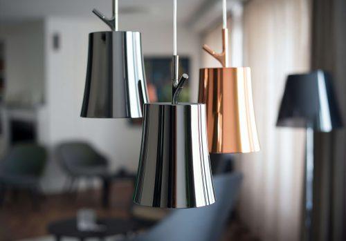 3 lampes chromées dans une salon