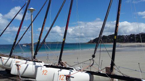 Bateaux sur le sable d'une plage de Perros-Guirec